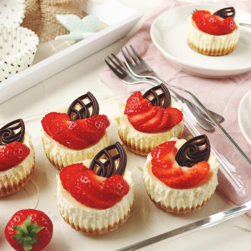 Rezept Mini-Cheesecakes im Sommerlook mit frischen Erdbeeren