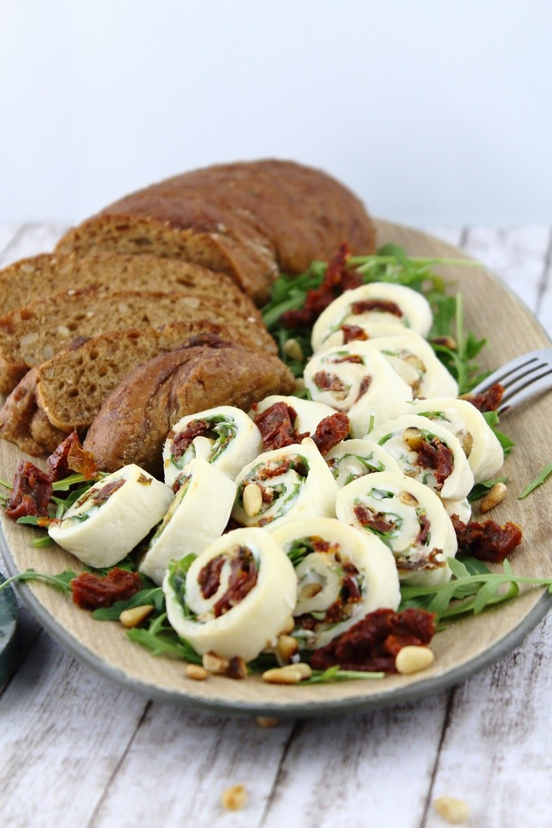 Rezept Mini-Mozzarella-Röllchen mit Rucola und getrockneten Tomaten