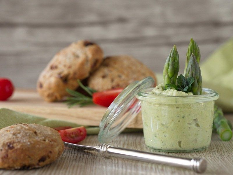 Rezept Mini-Tomaten-Focaccia mit grünem Spargel-Pesto