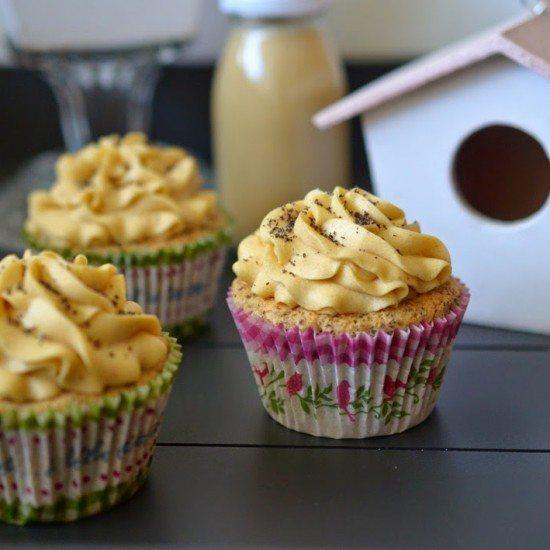 Rezept Mohn-Cupcakes mit Kirschfüllung und Eierlikör-Buttercreme