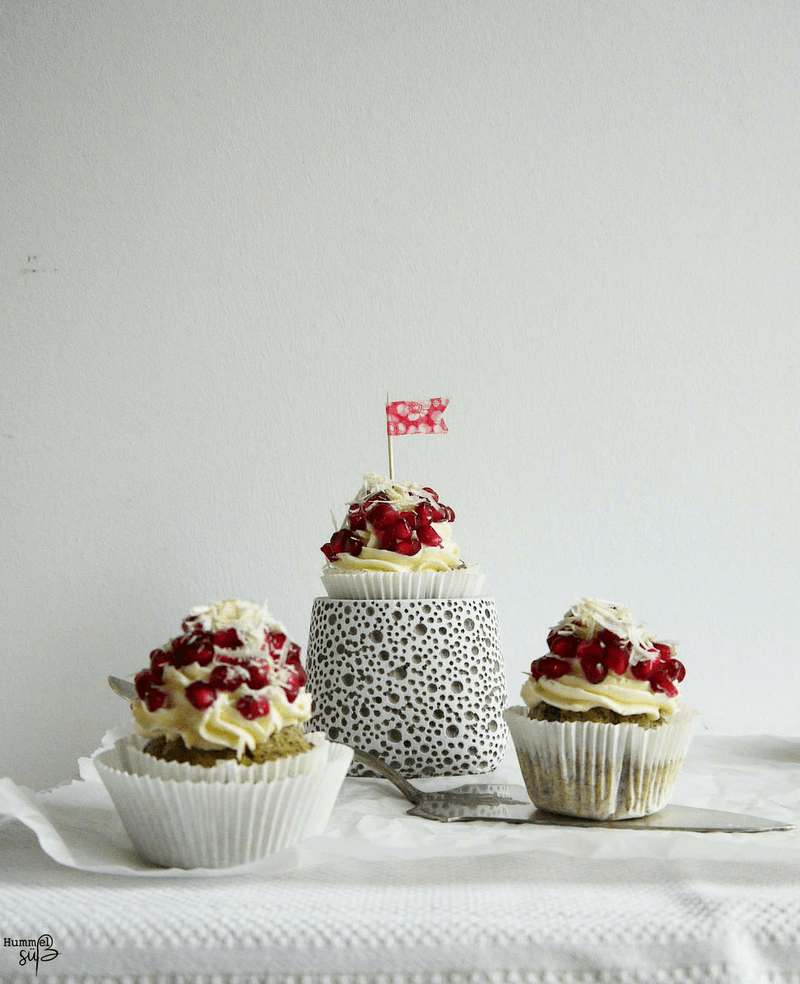 Rezept Mohn-Granatapfel Cupcakes mit Saure Sahne-Weiße Schokolade Frosting