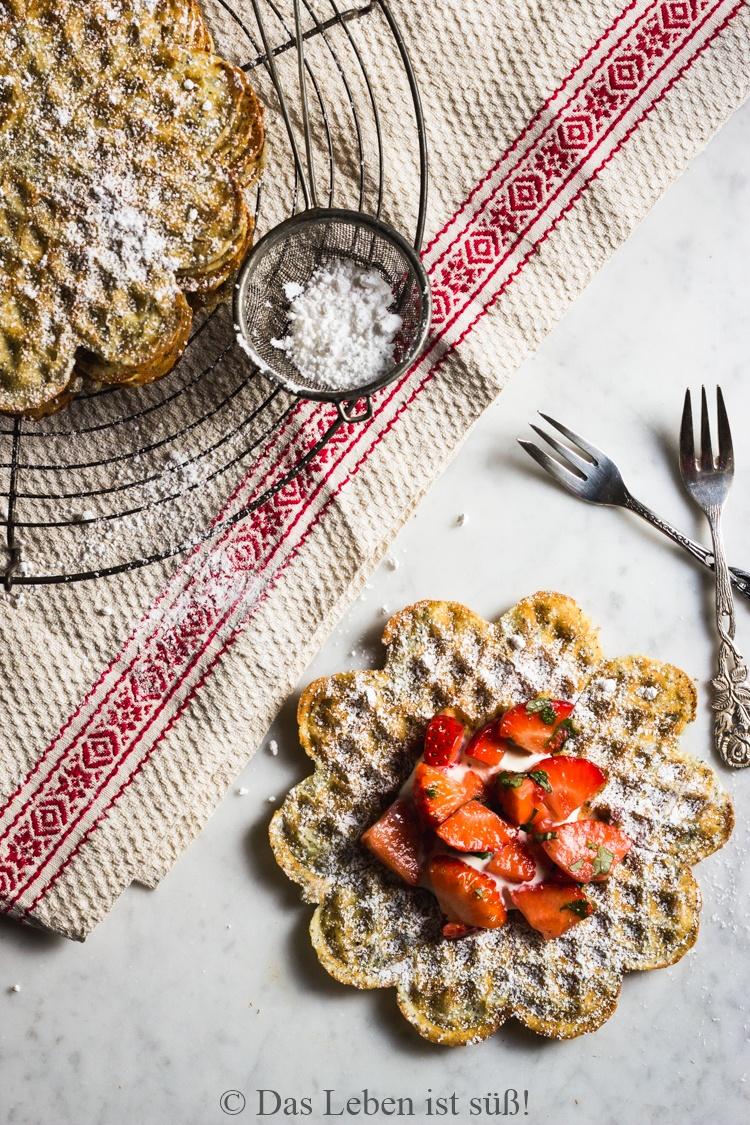 Rezept Mohnwaffeln mit Erdbeeren und Minze