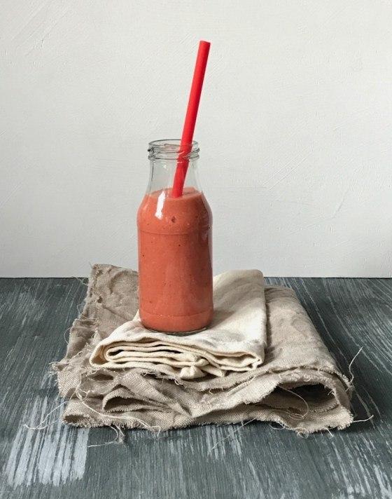 Rezept Montags-Smoothie in rot: Erdbeeren, Mango, Nektarine und Ananas