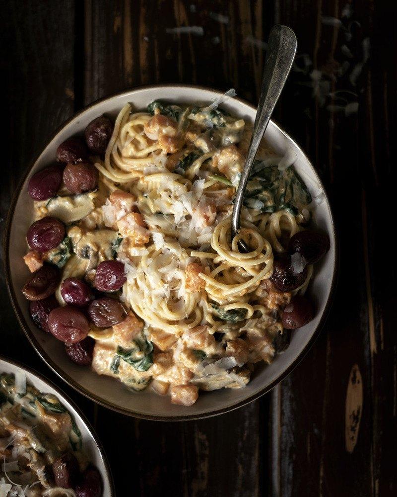 Rezept Nudeln in cremiger Kürbis-Frischkäse-Sauce mit geschmorten Trauben | Vegetarisches Pastarezept trifft Butternut