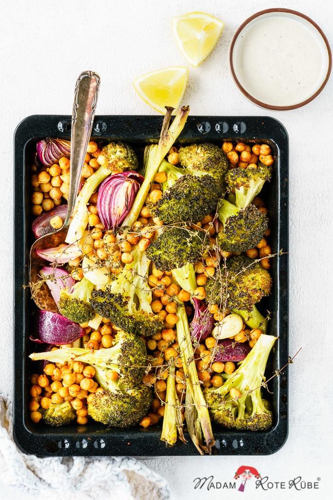 Rezept Ofengemüse vom Blech: Brokkoli mit Kichererbsen und Zitronendip