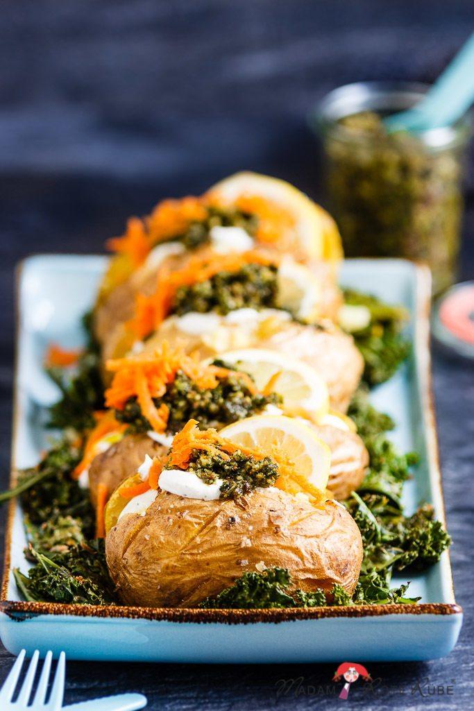 Rezept Ofenkartoffeln mit Grünkohlpesto und Quark-Dip auf einem Winter-Grünkohlbeet