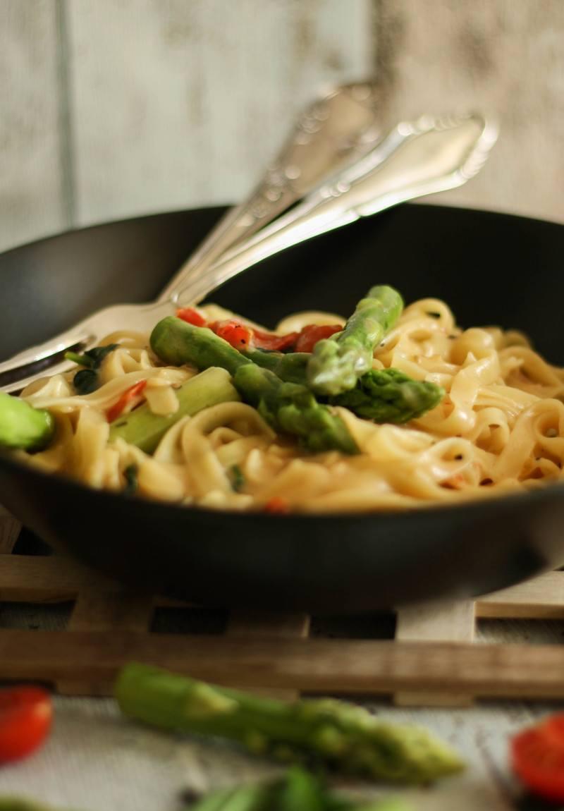 Rezept One Pot Pasta mit Sparge, Babyspinat und Tomaten (vegan)