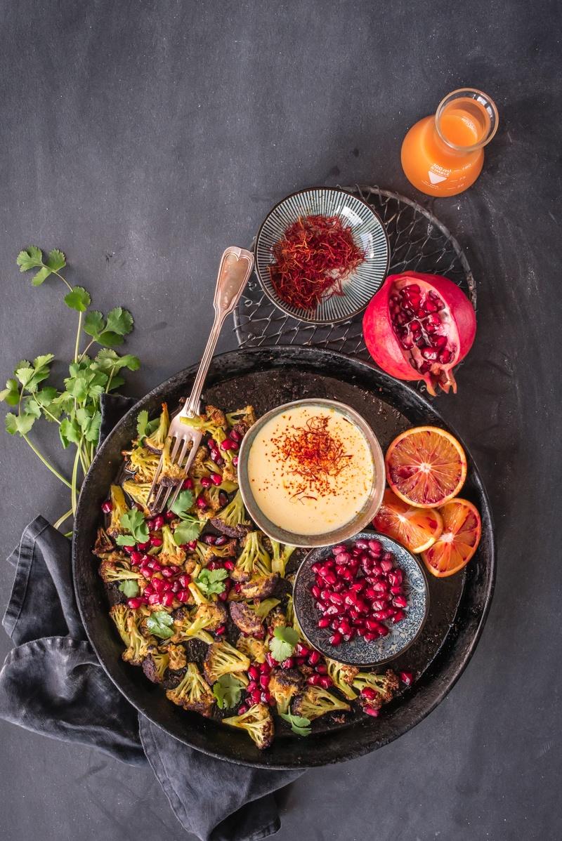 Rezept orientalisch gerösteter blumenkohl mit granatapfel, koriander und blutorangen safran aioli