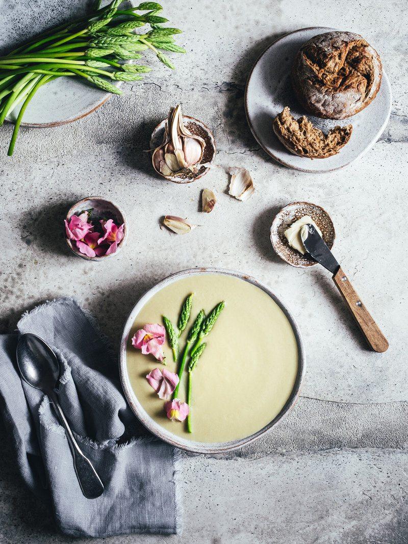 Rezept Spargelsuppe aus Schalen. Mit weißem Mandelmus und Miso