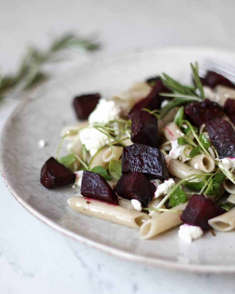 Rezept Pasta mit Balsamico Bete, Oliven & Ziegenkäse