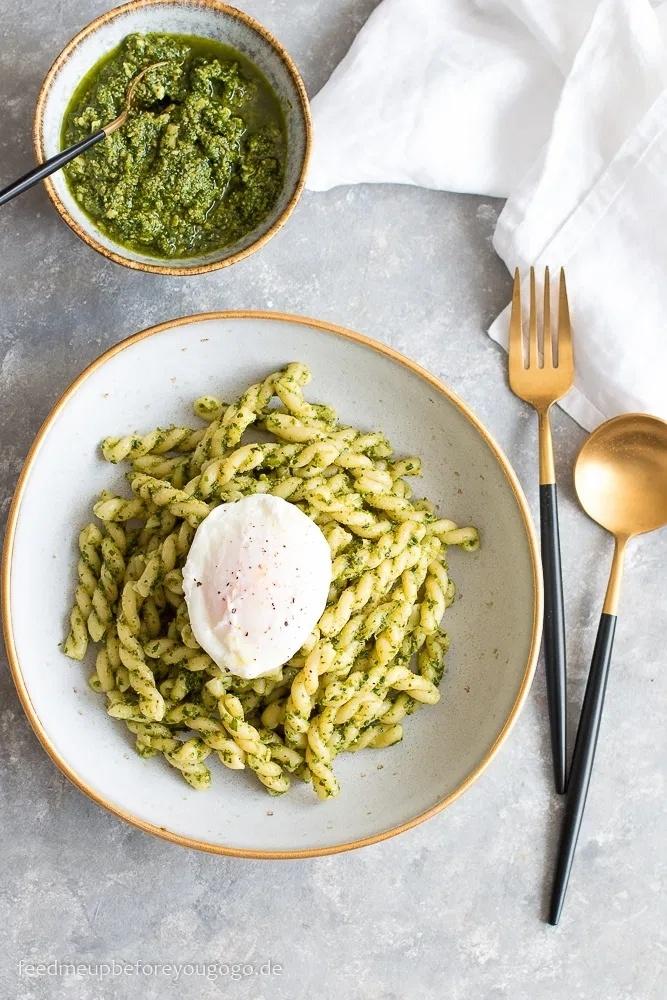 Rezept Pasta mit Grüne-Soße-Pesto und pochiertem Ei