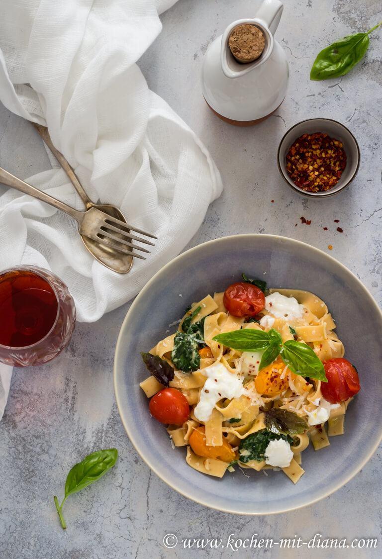 Rezept Pasta mit Spinat, geschmorten Tomaten und Burrata