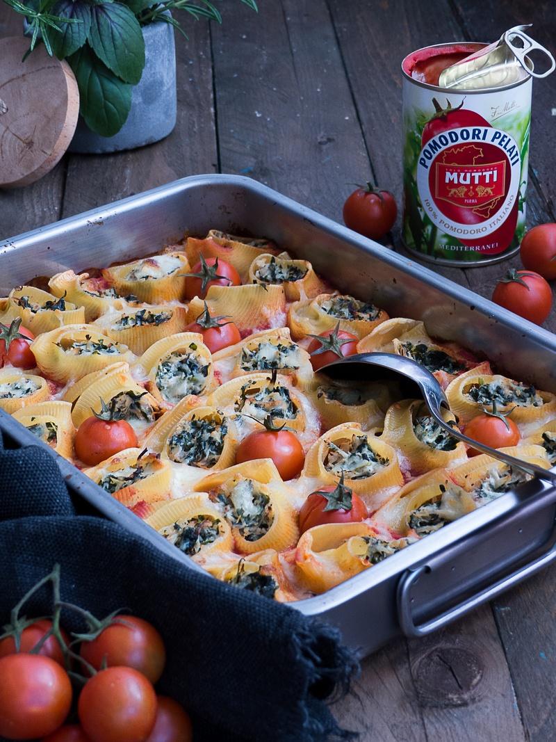 Rezept Pasta Schnecken mit Blattspinat, Hähnchen & Ricotta auf würziger Tomaten Sauce