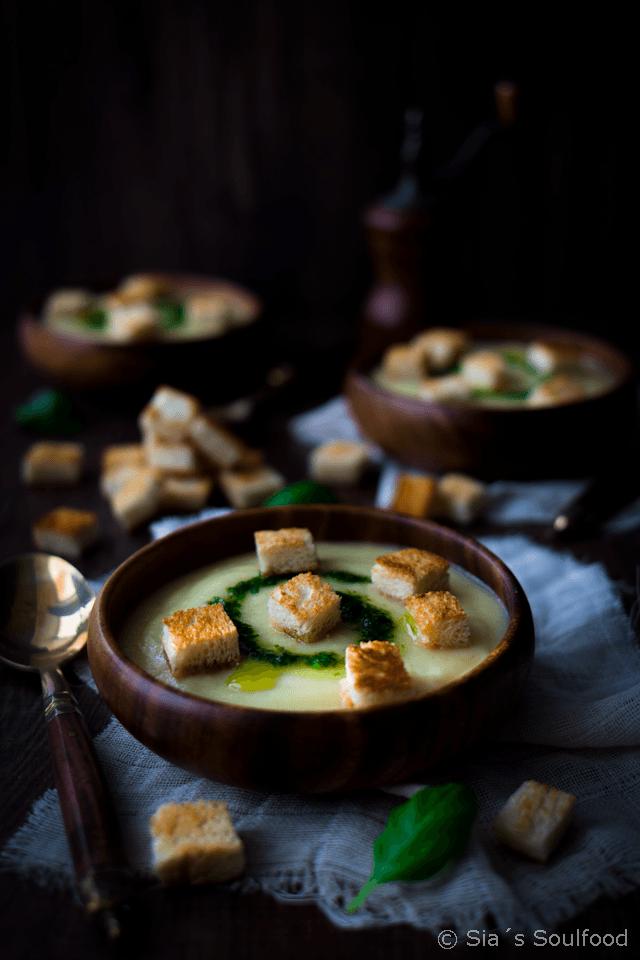 Rezept Pastinaken-Cremesuppe mit Basilikum-Öl und Croutons