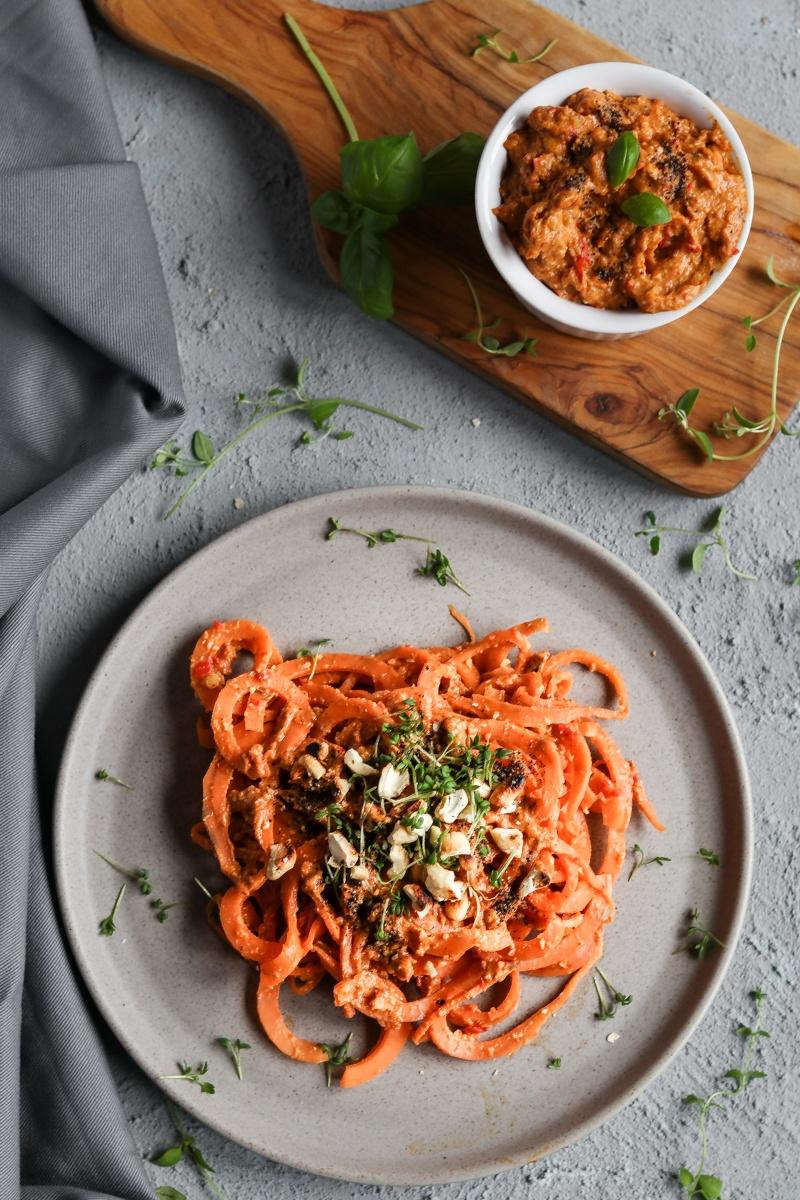 Rezept Pesto mit gegrillter Paprika und Cashews auf Süßkartoffel Nudeln (vegan, glutenfrei)