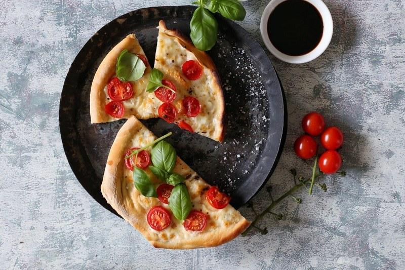 Rezept Pinsa mit Mozzarella, Tomate und Basilikum