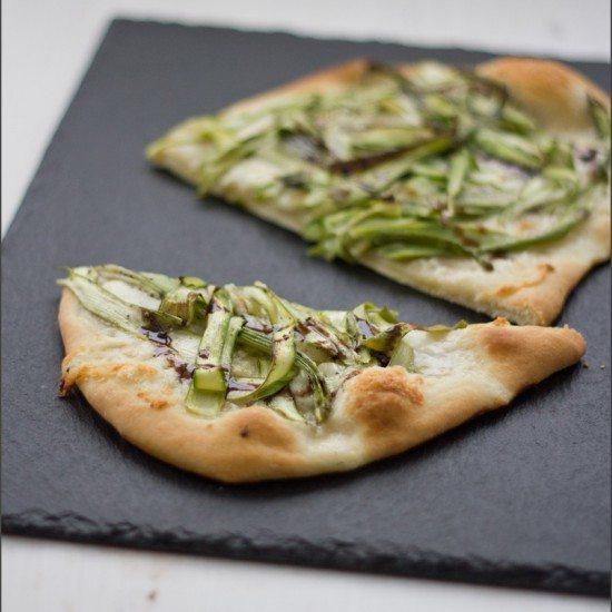 Rezept Pizza mit grünem Spargel, Büffelmozzarella und Knoblauch