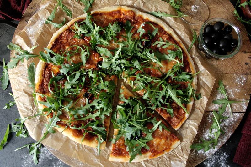 Rezept Pizza mit Mozzarella, Oliven & Rucola