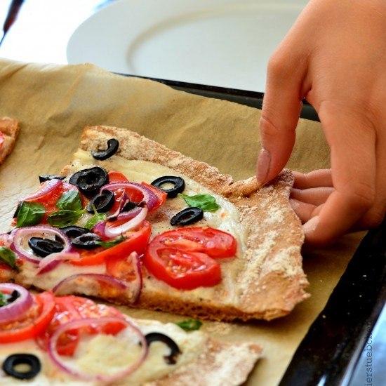 Rezept Pizza mit Mozzarella und Amaranthboden, vegan
