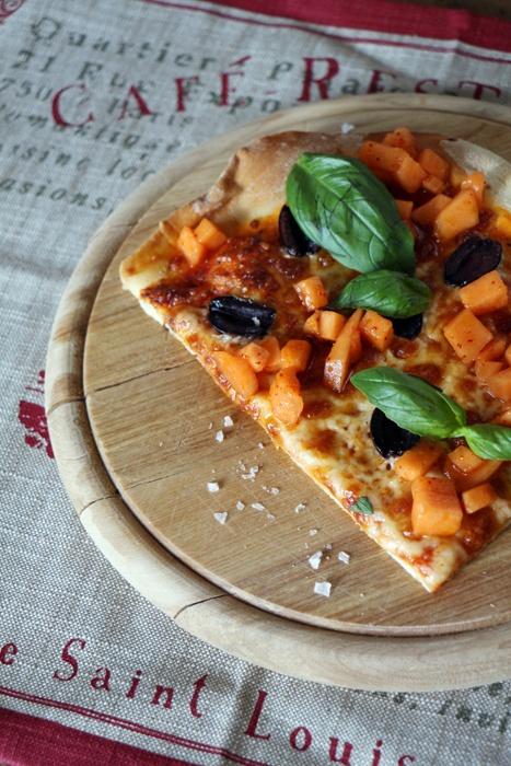Rezept Pizza mit Oliven, Basilikum und Melonen-Salsa
