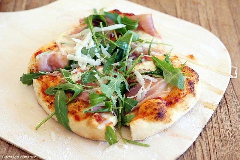 Rezept Pizza mit Rucola, Parmaschinken und Parmesan