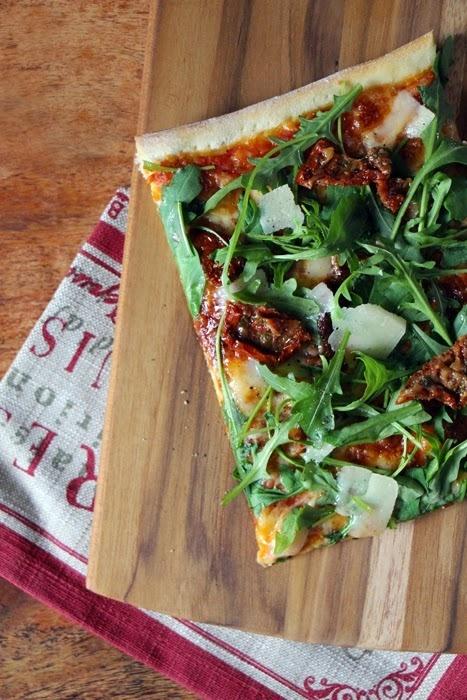 Rezept Pizza mit Rucola, Parmesan und getrockneten Tomaten
