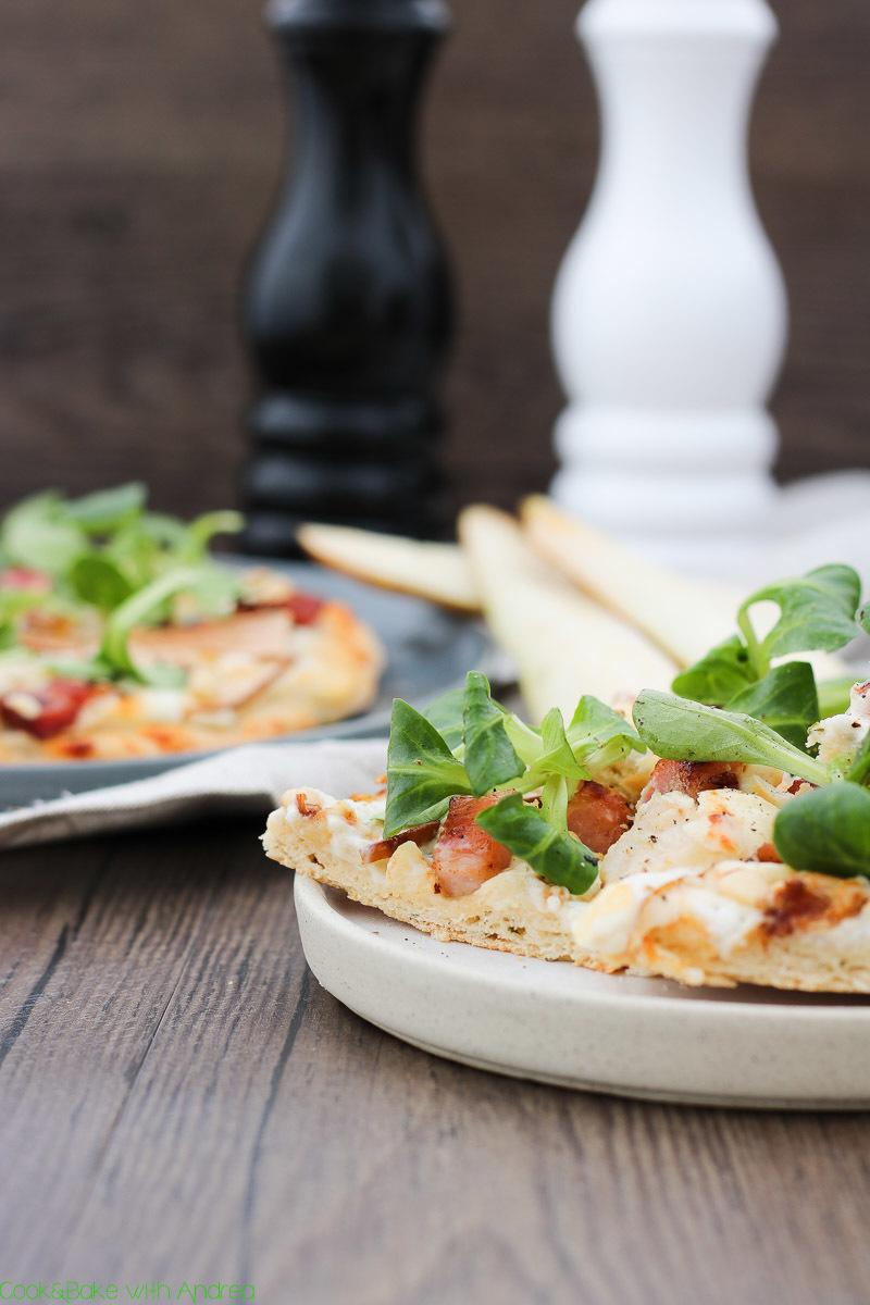 Rezept Pizza mit Ziegenkäse, Birnen und Speck