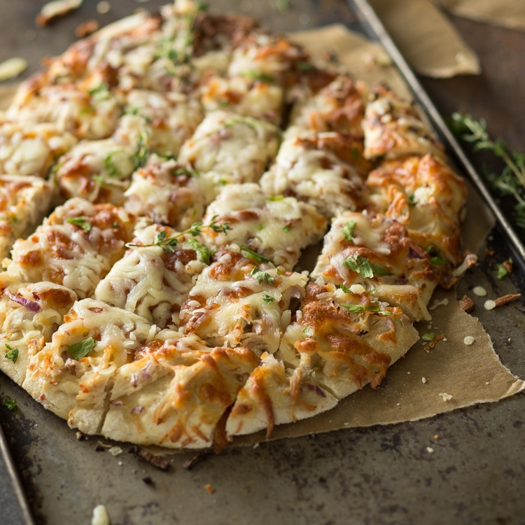 Rezept Pizza vom Blech mit Hähnchen, Mozzarella und Kräutern
