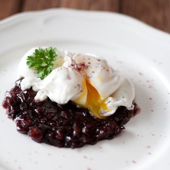 Rezept Pochiertes Ei auf Rotwein-Balsamico-Dattel-Reduktion