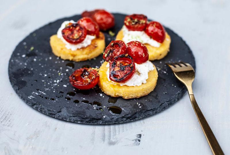 Rezept Polenta-Grilltaler mit Ricotta und Tomaten