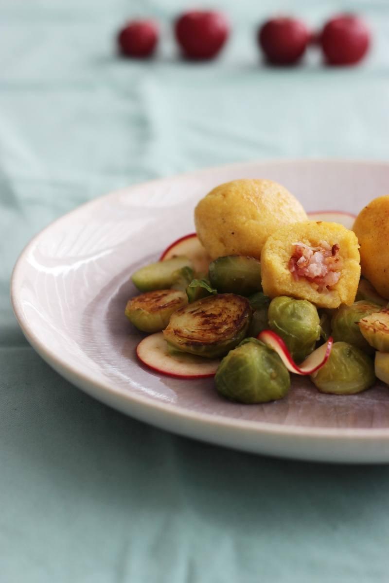 Rezept Polentaknödel mit Käse-Speckfüllung und Apfel-Rosenkohlgemüse