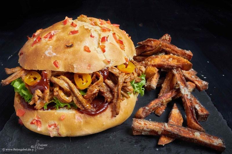 Rezept Pulled Pork BBQ Burger mit Paprika Bun und Süßkartoffel Pommes