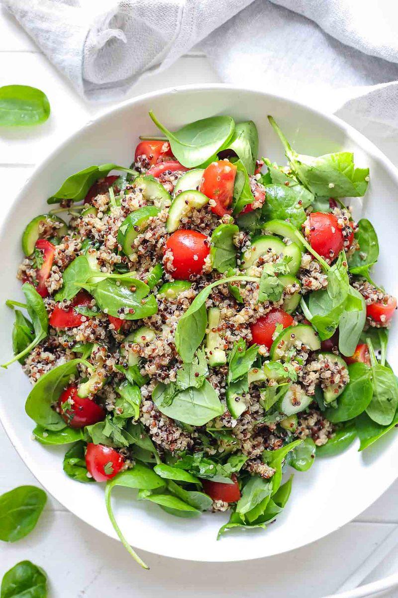 Rezept Quinoa-Salat mit Tomaten, Gurke und Spinat
