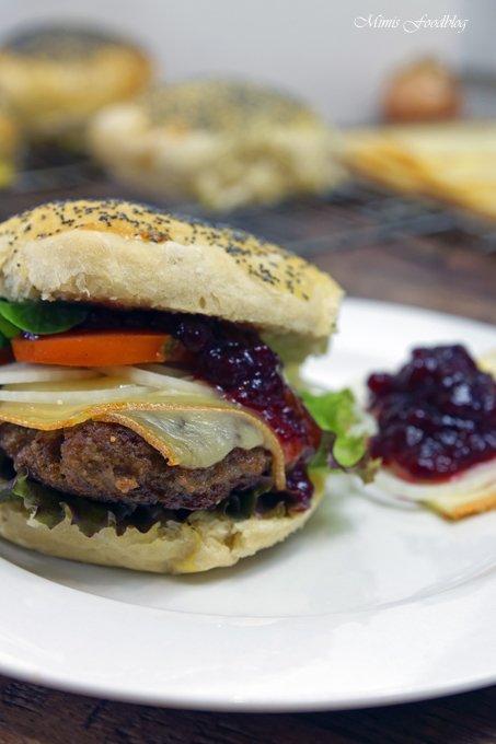 Rezept Raclette-Burger mit Preiselbeeren und selbst gebackenem Dinkel-Mohn-Bun