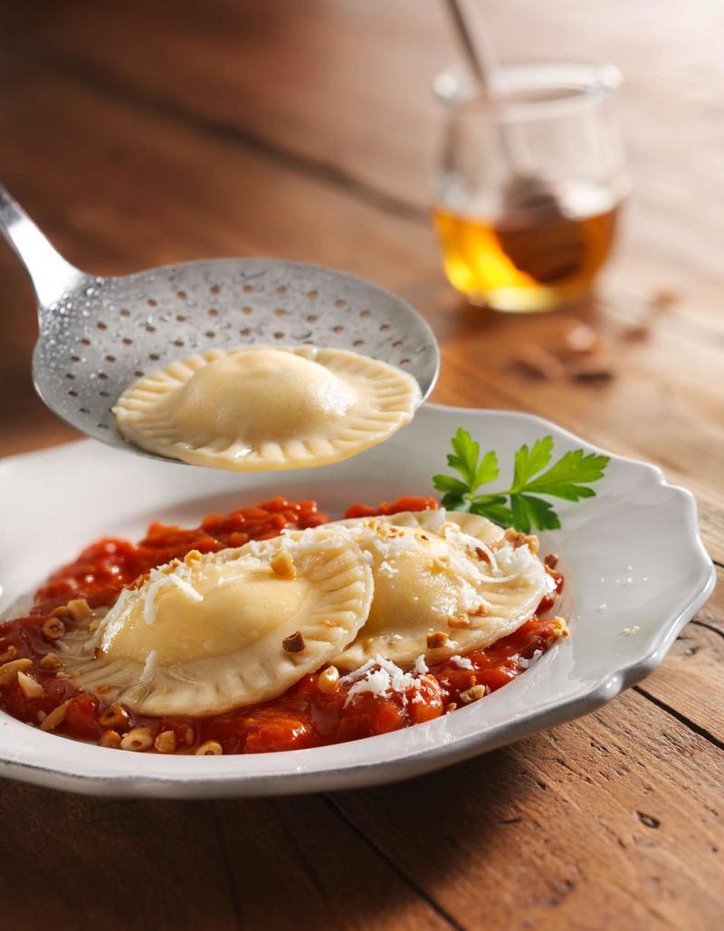 Rezept Ravioli mit Ziegenfrischkäse und Lavendelhonig auf Tomatensauce