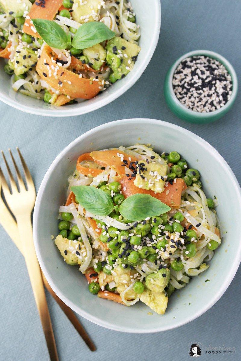 Rezept Reisnudelsalat mit Sesam-Basilikum-Pesto, Möhren, Erbsen und Avocado