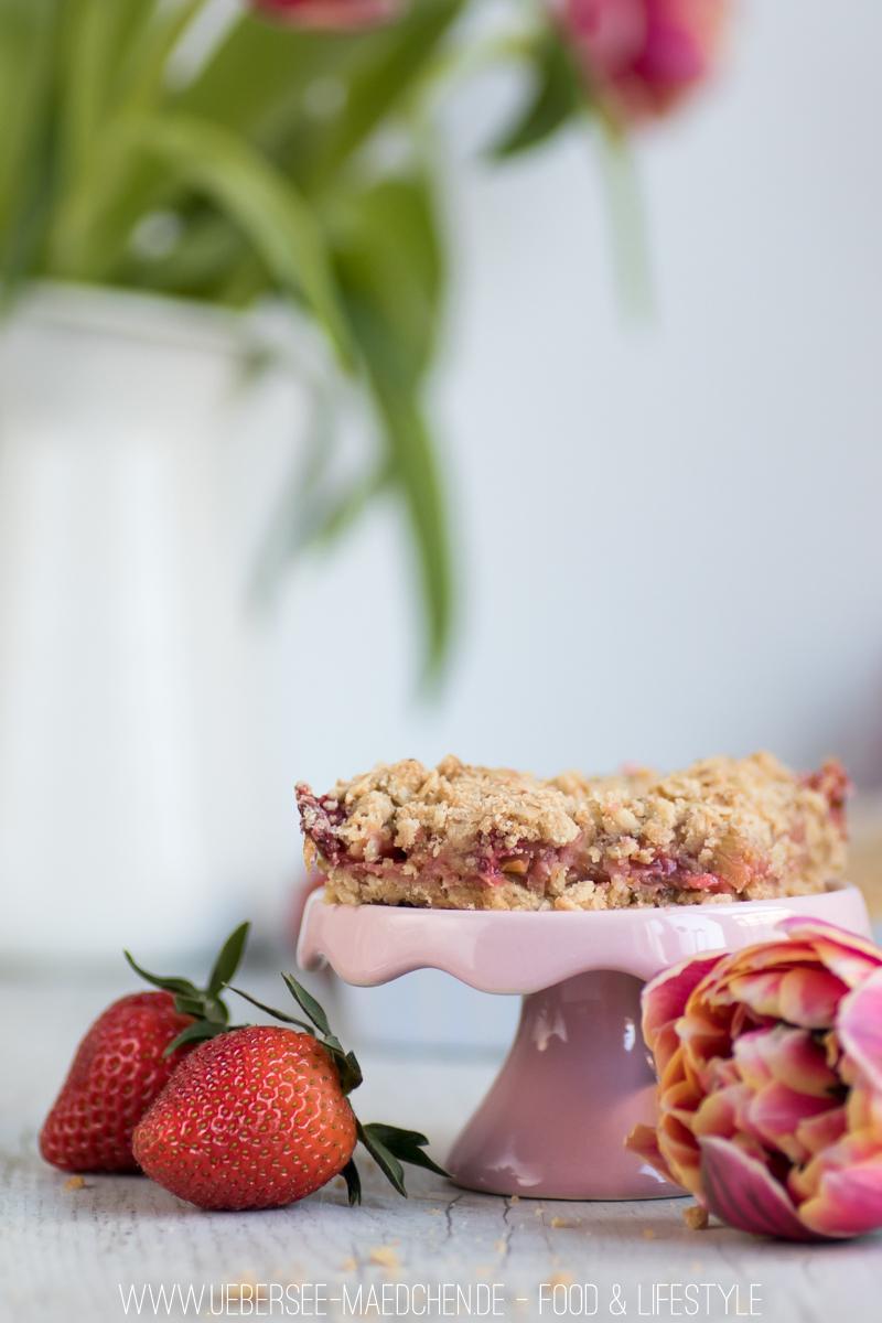 Rezept Rhabarber-Blechkuchen mit Erdbeeren und Streuseln