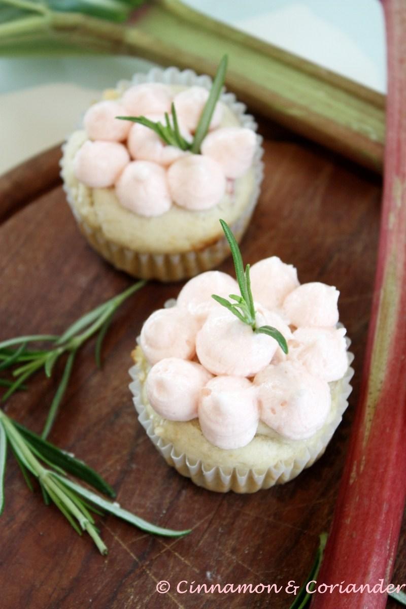 Rezept Rhabarber Cupcakes mit weißer Schokolade und Rosmarin Frosting