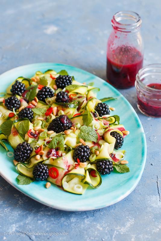 Rezept Roher Zucchini-Brombeer-Salat mit Blaubeer-Dressing