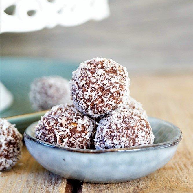 Rezept Rohvegane Kokos-Rumkugeln // Raw vegan Coconut Rumballs