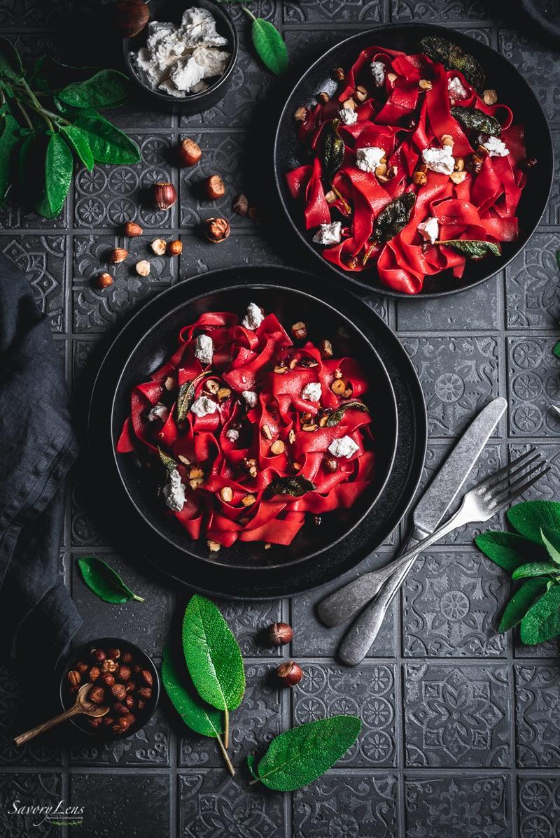 Rezept Rote Beete-Pappardelle mit Salbei-Haselnussbutter
