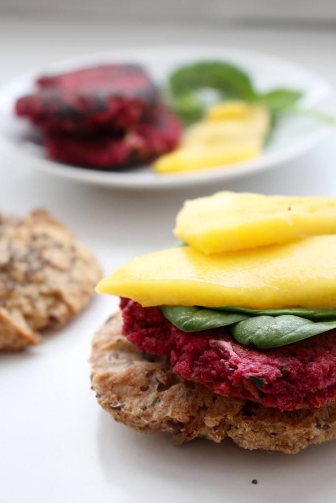 Rezept Rote Bete-Feta Burger mit Mango und Blattspinat. Glutenfrei.