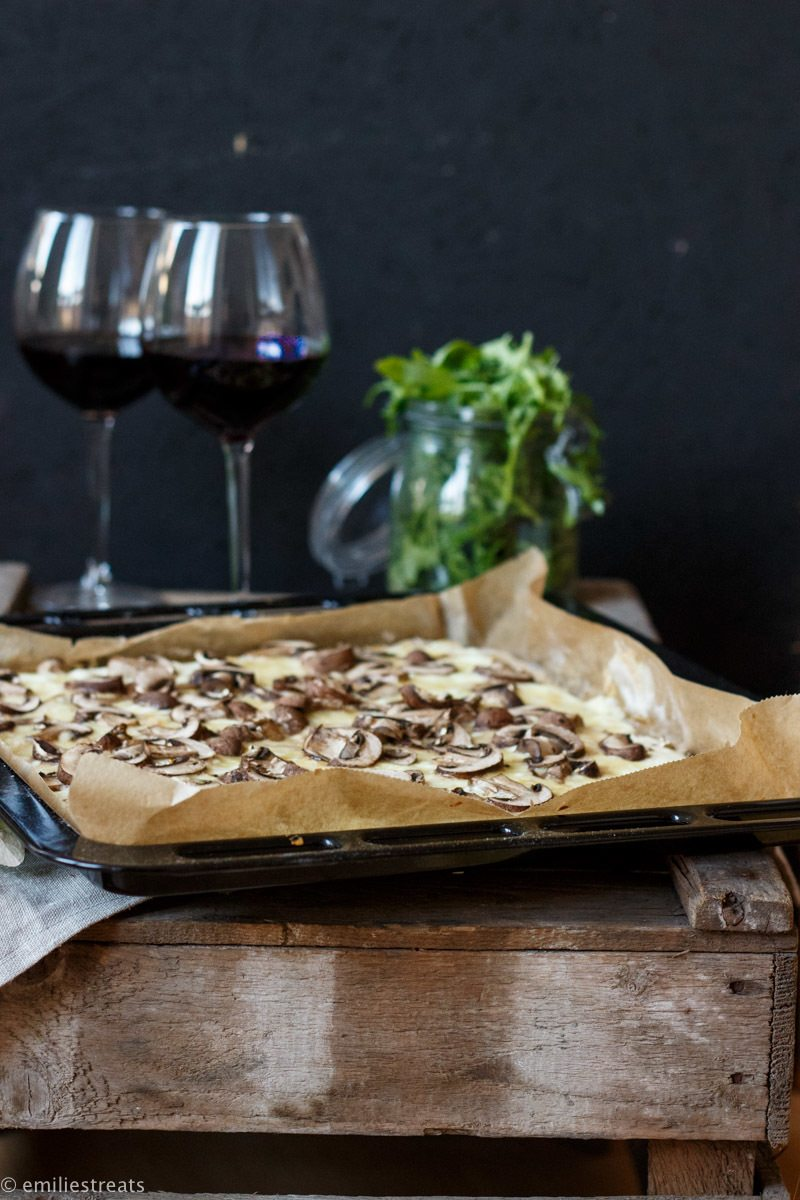 Rezept Rustikaler Low-Carb Flammkuchen mit Kichererbsenteig und Pilzen