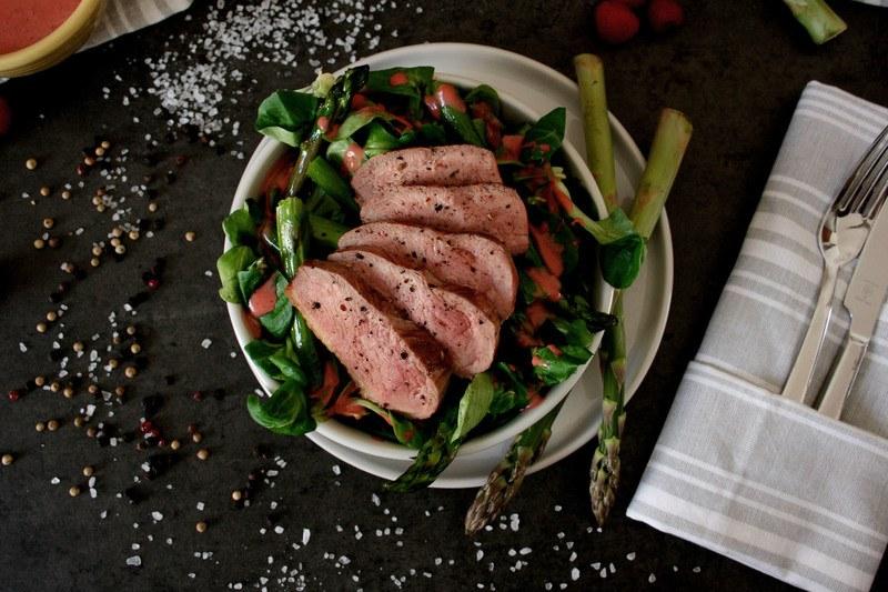 Rezept Saftige Entenbrust & grüner Spargel auf Feldsalat