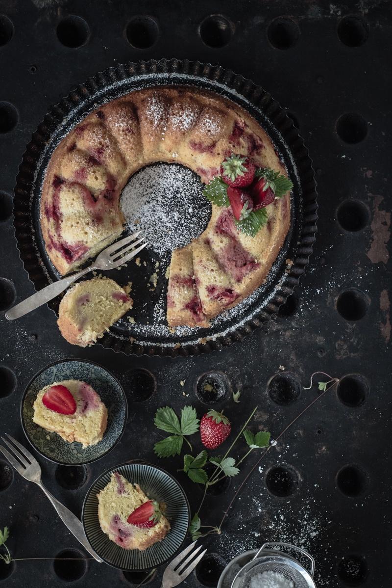 Rezept saftiger und fix gebackener rührkuchen mit pistazien, sauerrahm und erdbeeren