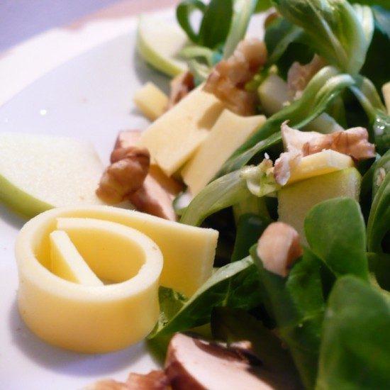 Rezept Salat mit Käse, Walnüssen, Egerlingen und Apfel