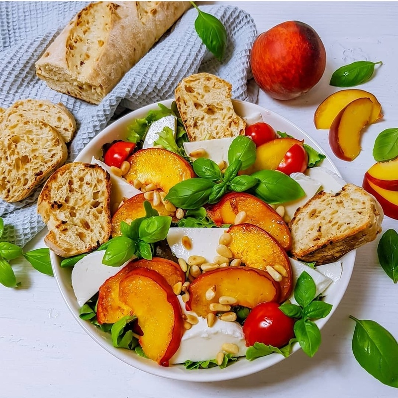 Rezept Salat mit Mozzarella, gegrilltem Pfirsich und Pinienkerne