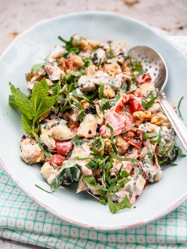 Rezept Salat von gegrillten Zucchini und Tomaten mit Joghurt, Walnüssen, Kräutern und Ahornsirup nach Ottolenghi