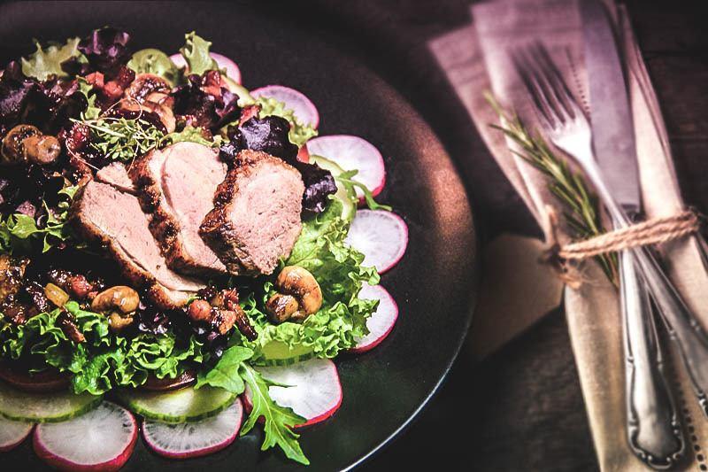 Rezept Salatvariation mit rosa gebratener Entenbrust und Preiselbeerdressing