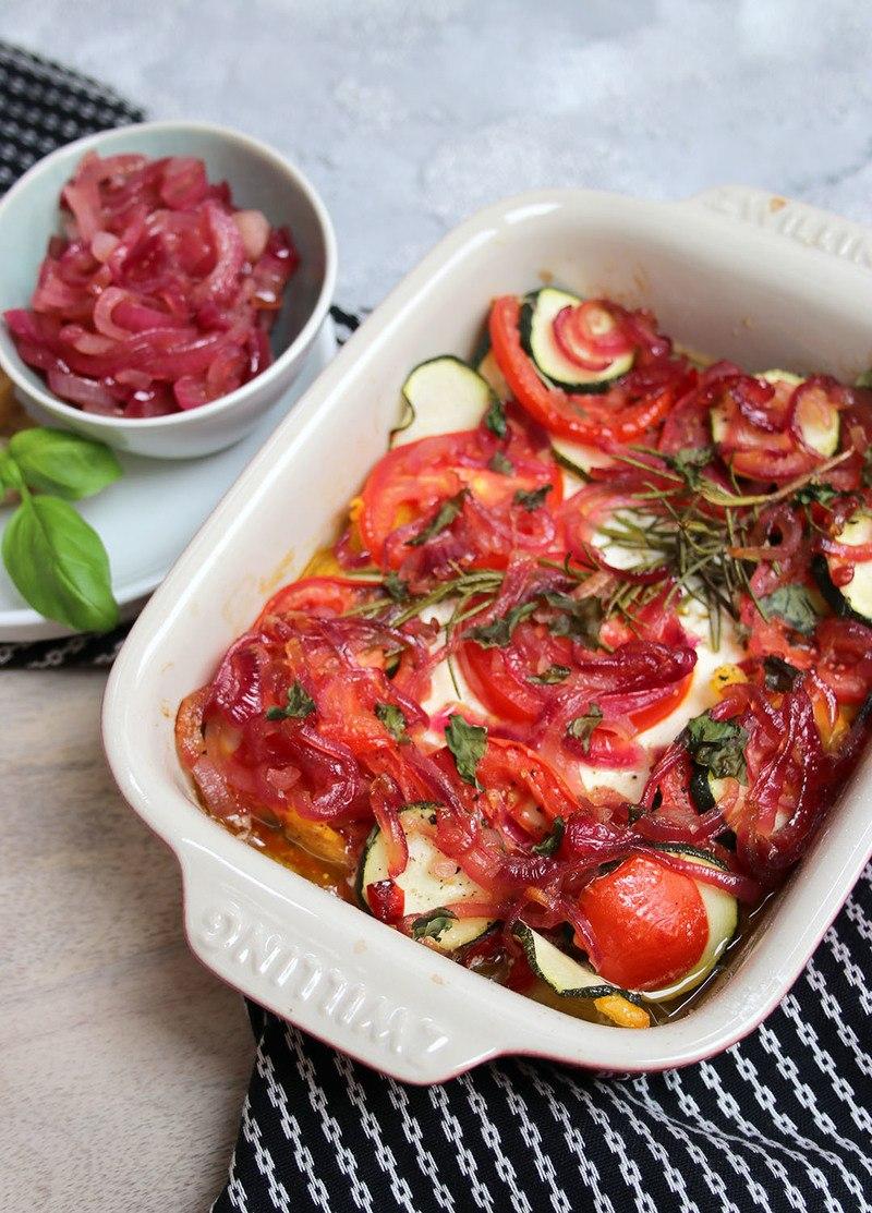 Rezept Schafskäse aus dem Ofen mit Gemüse und karamellisierten Zwiebeln